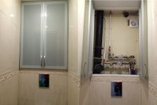 Зеркальные дверцы для шкафа в туалете