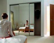 Почему нельзя вешать зеркало напротив кровати